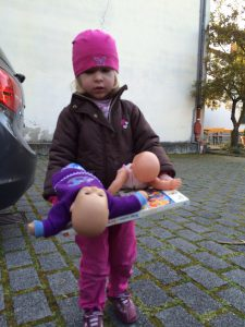 Isabel bringt Spielzeug in die Kita