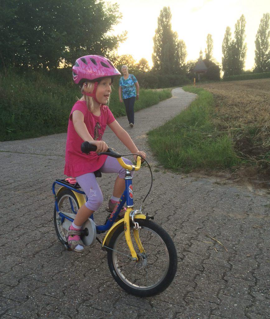 Mit dem Fahrrad am Kapellchen vorbei