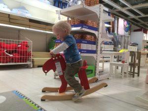 Joshua reitet im IKEA