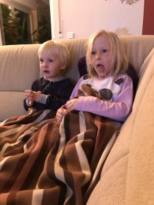 Ein Herz und eine Selle beim TV schauen